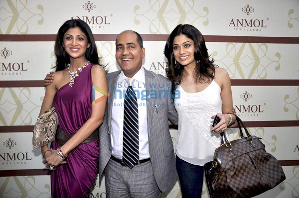 still1 Shilpa and Shamita Shetty at Anmol Jewellers preview bollywood gallery
