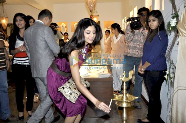 still2 Shilpa and Shamita Shetty at Anmol Jewellers preview bollywood gallery