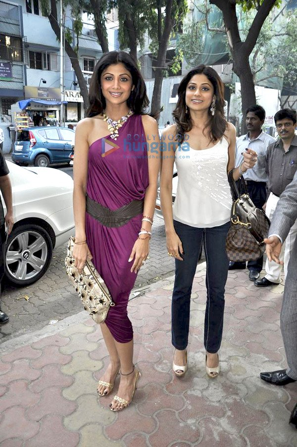 still6 Shilpa and Shamita Shetty at Anmol Jewellers preview bollywood gallery