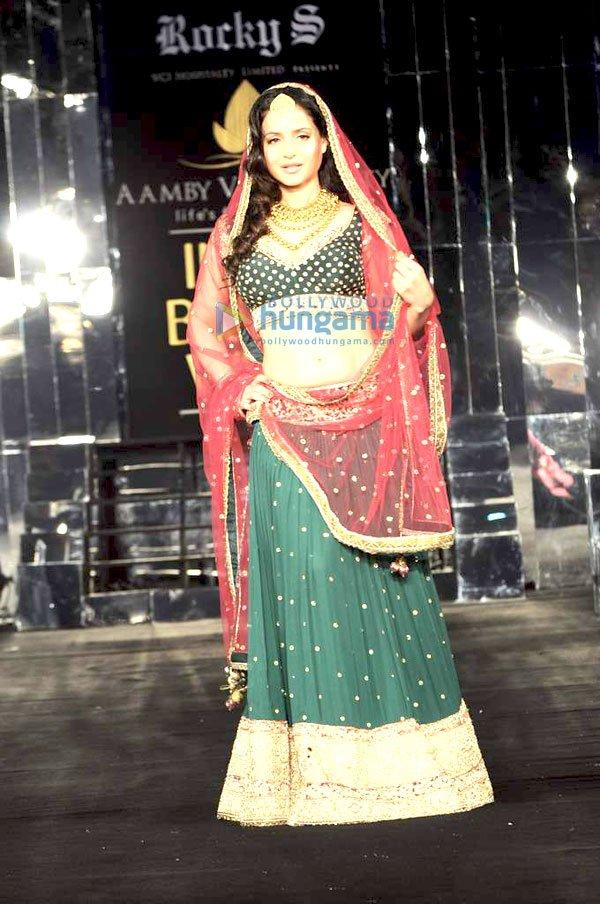 http://i.indiafm.com/memories/11/ameeshawalkforrockysatibw/still5.jpg