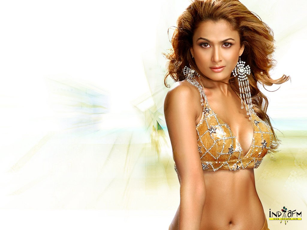 Amrita Arora - some must have wallpapers/pictures...