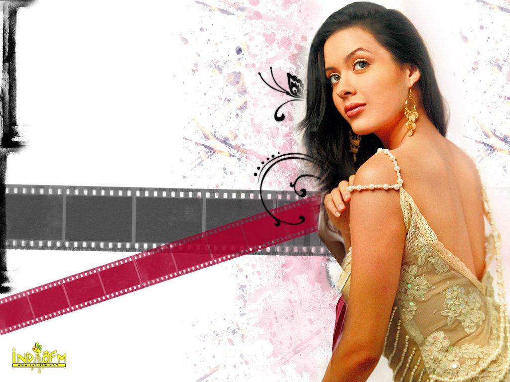 Thread: Bollywood Sexcy Spice Tara Sharma's Hot Skin n Thigh Show