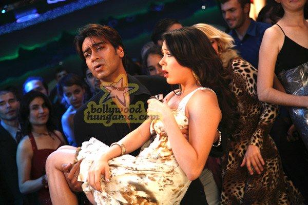 http://i.indiafm.com/stills/07/umeaurhum/still81.jpg
