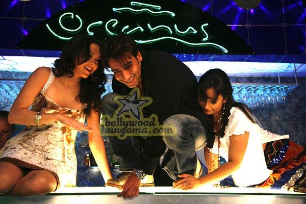 http://i.indiafm.com/stills/07/umeaurhum/still84.jpg