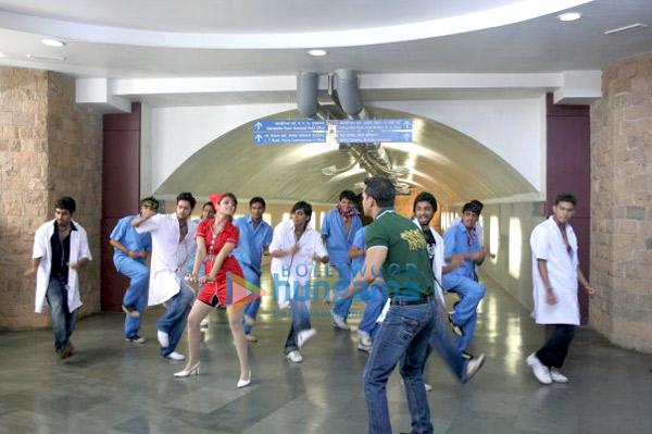 http://i.indiafm.com/stills/09/tummilotohsahi/still15.jpg